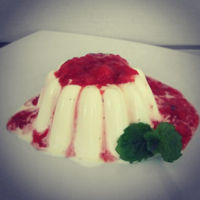 ketogenic-vanilla-pannacota-with-strawberry-coulis